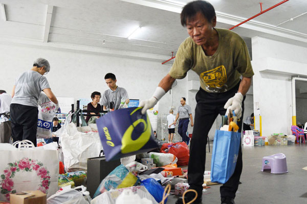 "Kidney Patient ""Works Out"" Regularly at Tzu Chi Recycling Point"