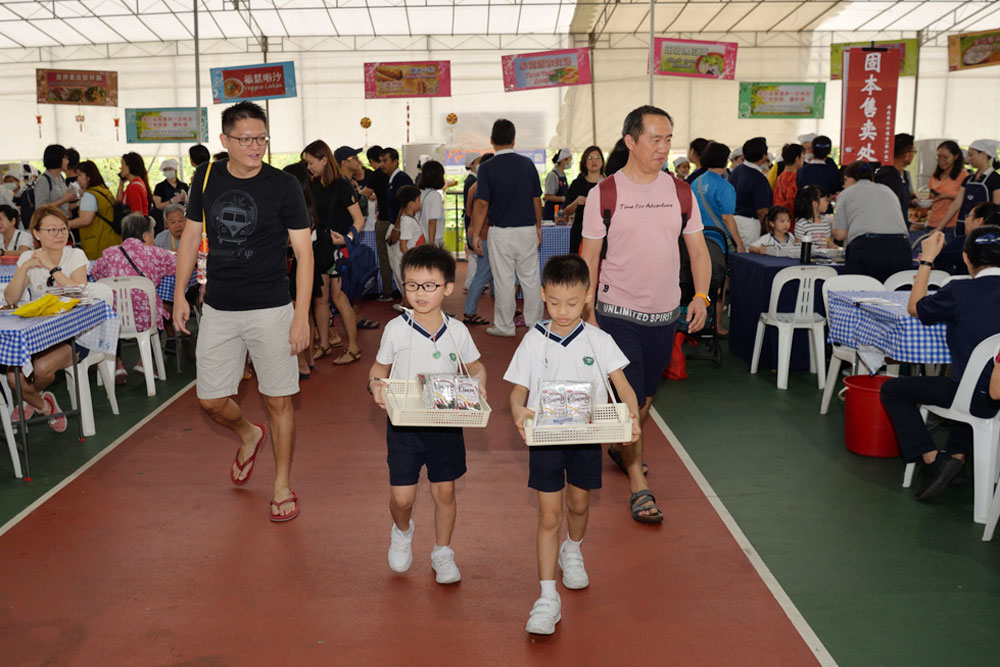 Young children from Tzu Chi Great Love PreSchool help with selling festive goods at the Charity Fair in support for a good cause (Photo by Chai Yu Leong)