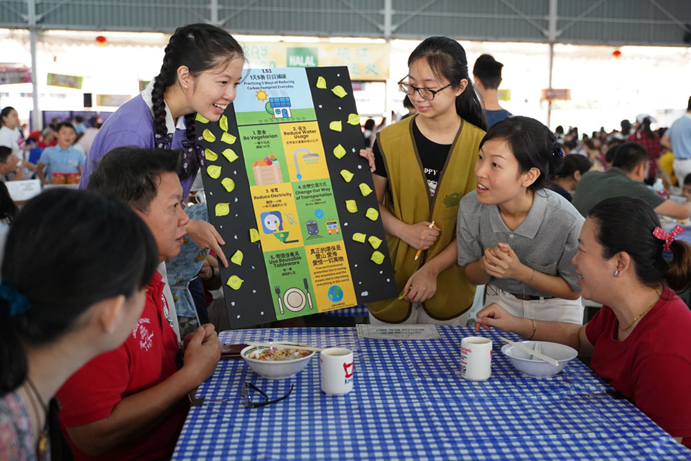 Tzu Chi's youth volunteers promoting environmental protection to people (Photo by Gan Ming De)