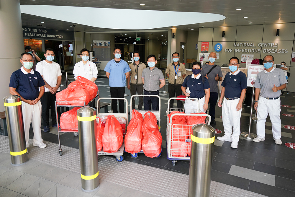 Tzu Chi logistic team sends love to medical personnel through delivery of vegetarian meals
