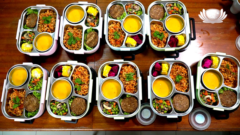 Volunteers prepare vegetarian bento for neighbourhood residents